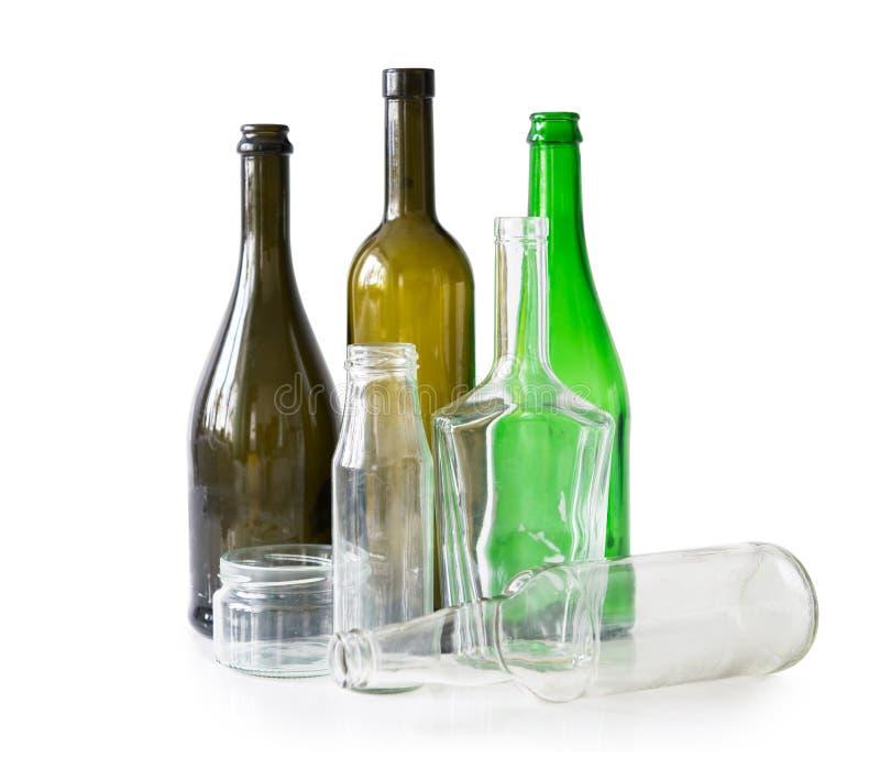 Vielzahl von Glasflaschen und von Gläsern stockfotos