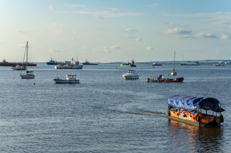 Vielzahl von Handels- und privaten Schiffen und von Booten am Hafen von Pointe-Noire stockfotos