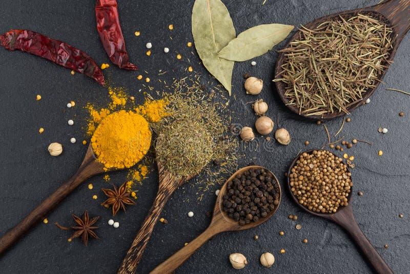 Vielzahl von Kräutern und von spicies Bestandteilen Pfefferkorn, Senf, O lizenzfreies stockbild