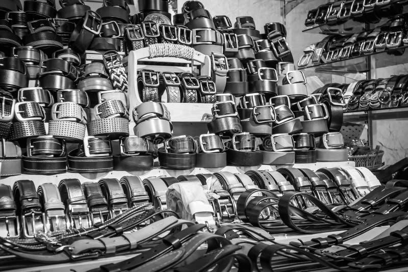Vielzahl von Manngurten auf der Produktregalanzeige stockfotografie