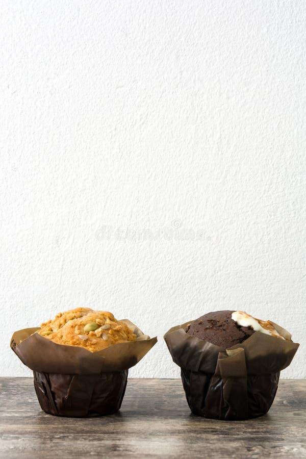 Vielzahl von Muffins auf einem Holztisch lizenzfreie stockfotografie