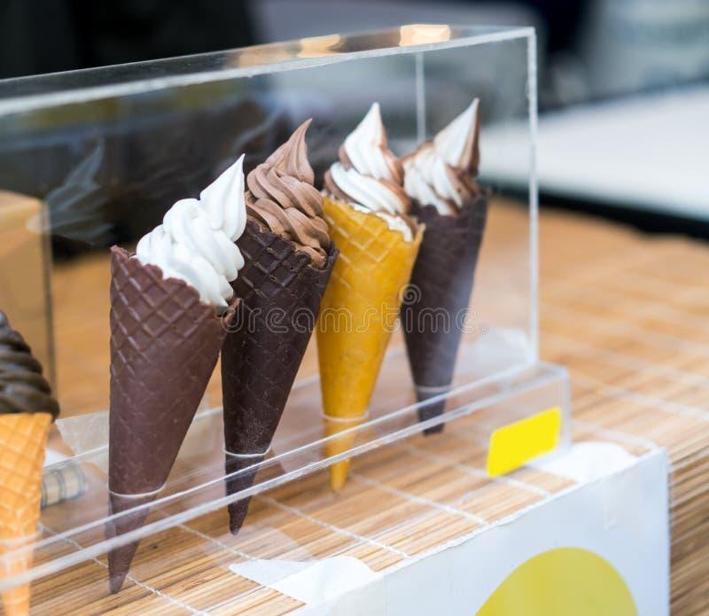 Vielzahl von Portionierern in den Kegeln mit Schokolade, Vanille und lizenzfreies stockfoto