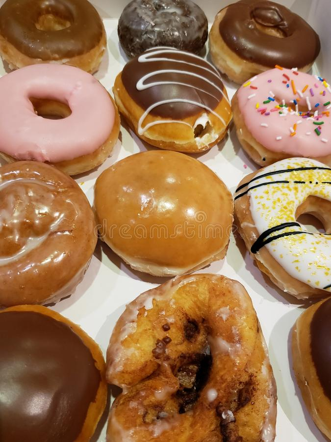 Vielzahl von süßen Brotdonuts mit Schokolade und Karamell für Frühstück oder Imbiss lizenzfreie stockfotos