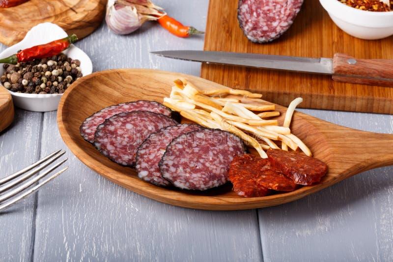 Vielzahl von Salami und Käse chechil lizenzfreie stockfotografie