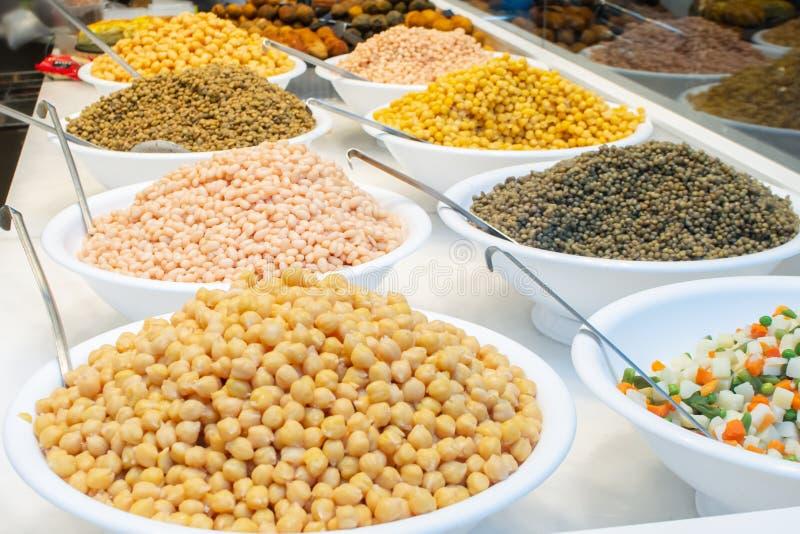 Vielzahl von verschiedenen Arten von den gekochten Bohnen, von Linse und von Erbsen verkauft auf Nahrungsmittelmarkt in Barcelona lizenzfreies stockfoto
