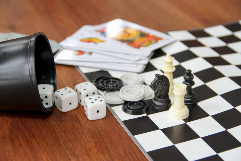 Vielzahlgesellschaftsspiele auf hölzernem Hintergrund lizenzfreie stockfotos