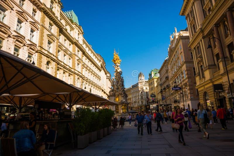 VIENA, ÁUSTRIA: coluna memorável Pestsaule do praga e turistas na rua Viena de Graben O Graben é um do mais famosos imagens de stock