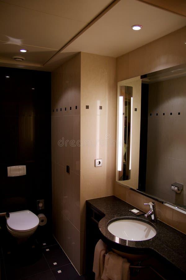 VIENA, ÁUSTRIA - 28 de abril de 2017: Mobília interior e de gama alta do banheiro do hotel de luxo com a decoração moderna do est fotos de stock royalty free