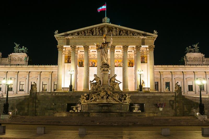 VIENA, ÁUSTRIA - 23 DE ABRIL DE 2016: Monumento austríaco do parlamento e de Athena foto de stock