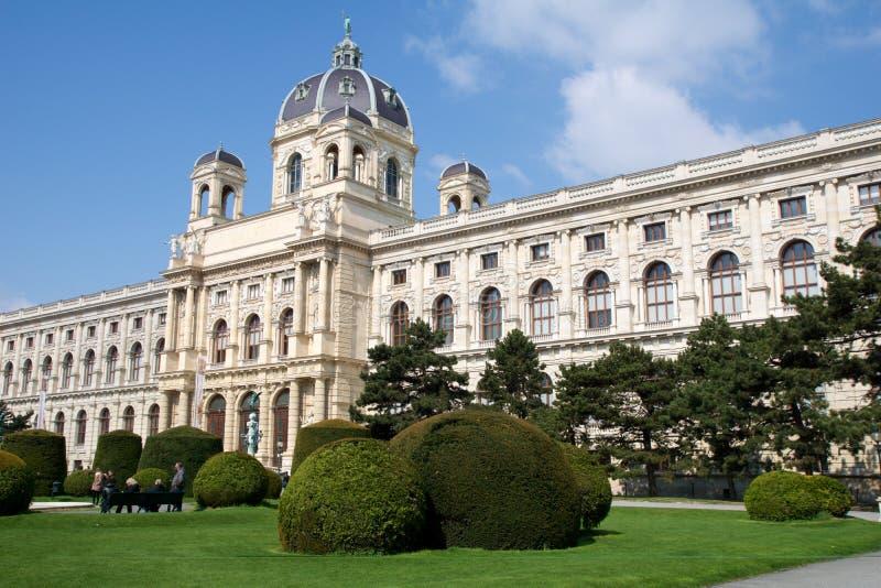 VIENA, ÁUSTRIA - 29 de abril de 2017: Vista bonita do museu famoso da história natural do museu de Naturhistorisches com parque e fotografia de stock