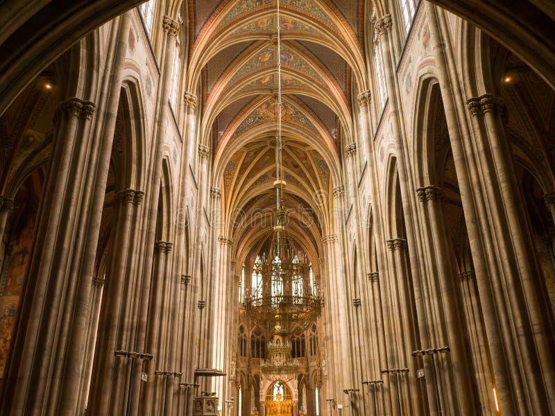 Viena, Áustria - 13 de agosto de 2018: Igreja votiva, igreja neogótica, a igreja segundo-a mais alta em Viena O interior imagens de stock royalty free