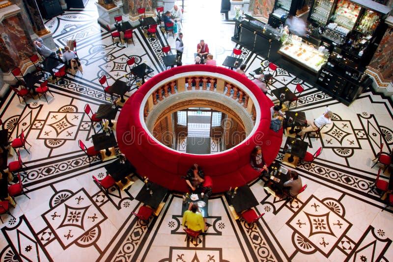 VIENA, ÁUSTRIA - 6 DE JUNHO: Interior bonito do th foto de stock royalty free