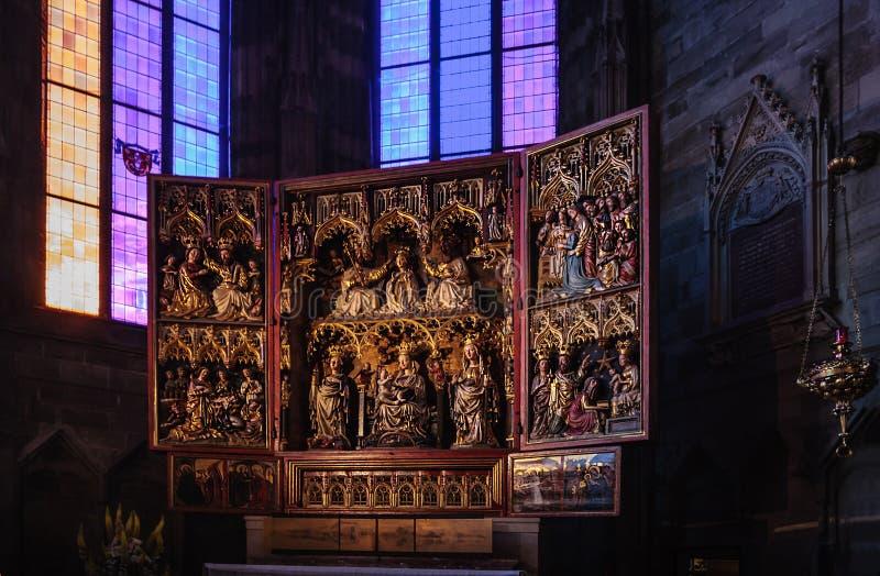 Viena, Áustria - 15 de junho de 2012: O altar de Neustadt da salsicha é os altares os mais famosos na catedral do ` s de St Steph imagem de stock