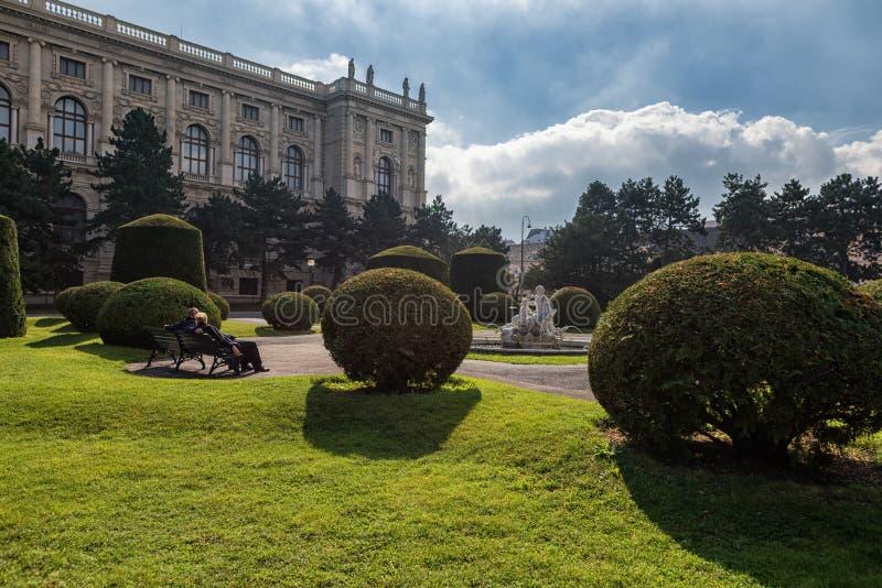 VIENA, ÁUSTRIA - 7 DE OUTUBRO DE 2016: Museu da história natural e do parque Viena de Maria-Theresien-Platz, Áustria fotografia de stock