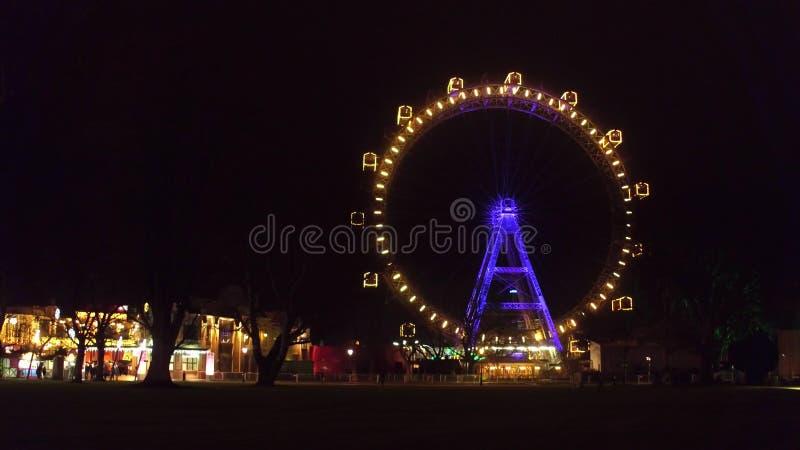 VIENA, ÁUSTRIA - DEZEMBRO, 24 salsichas famosas Riesenrad Ferris de Prater rodam dentro a noite Destino turístico popular fotografia de stock royalty free