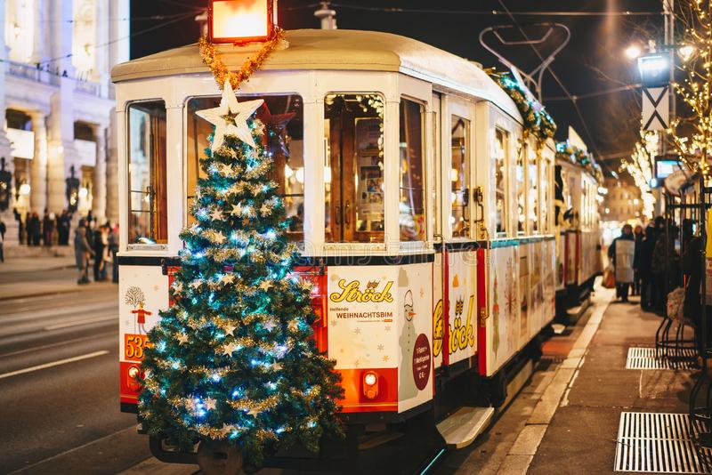 Viena, Áustria - em dezembro de 2017: Bonde decorado Natal no fotos de stock royalty free