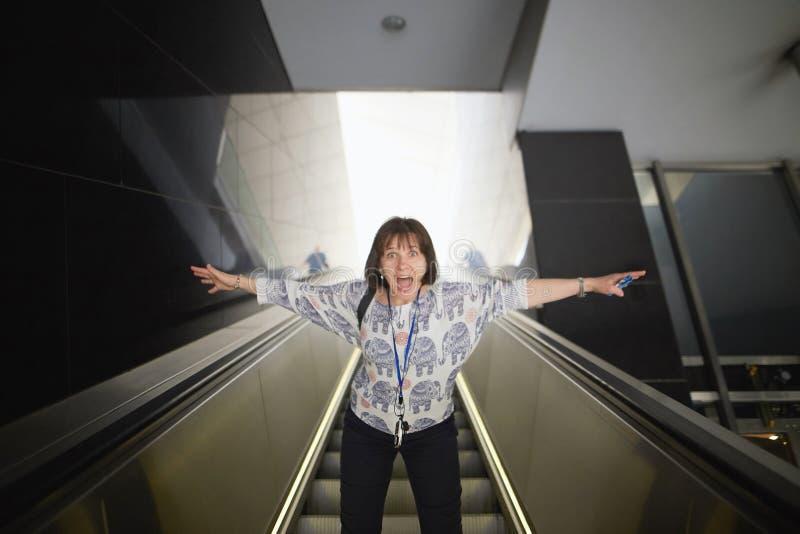 Viena, Áustria Turista da menina nas etapas da escada rolante imagem de stock