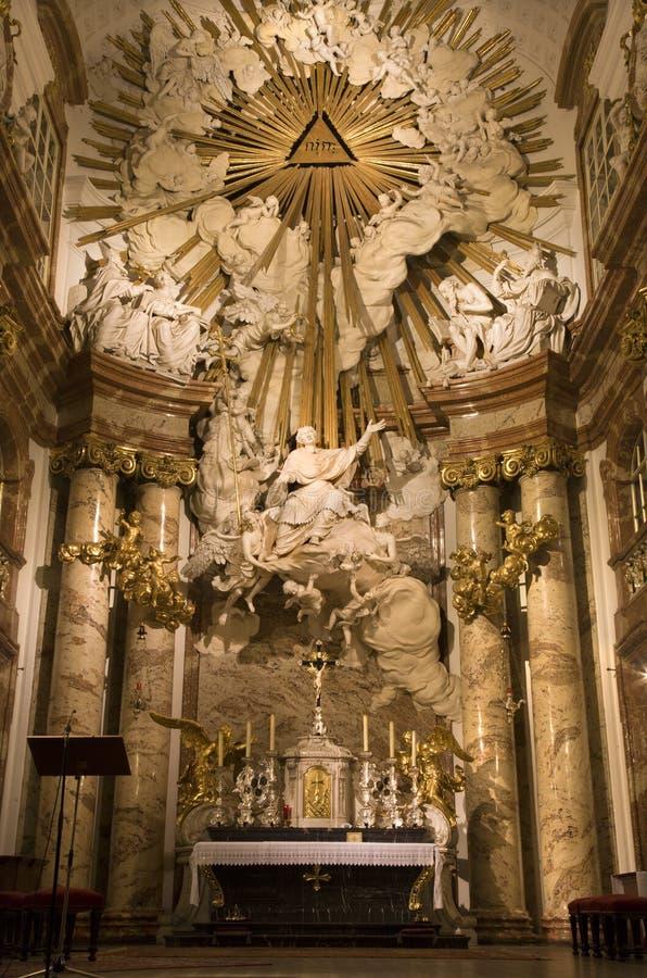 Viena - altar de la iglesia del St. Charles Boromeo fotos de archivo