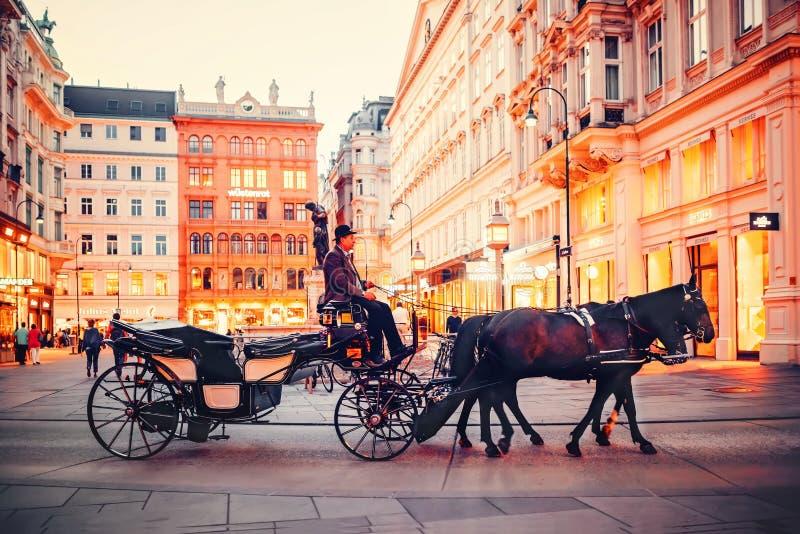 Viena, Austria Caballo y carro que libran en las calles de Viena por la tarde fotografía de archivo