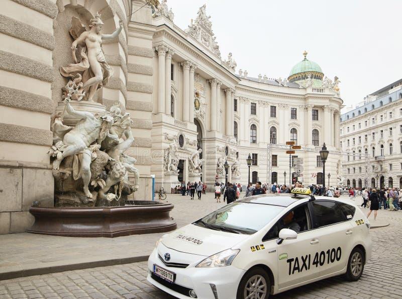 Viena, Austria - 15 de abril de 2018: Coches del taxi en la calle de la ciudad fotografía de archivo libre de regalías