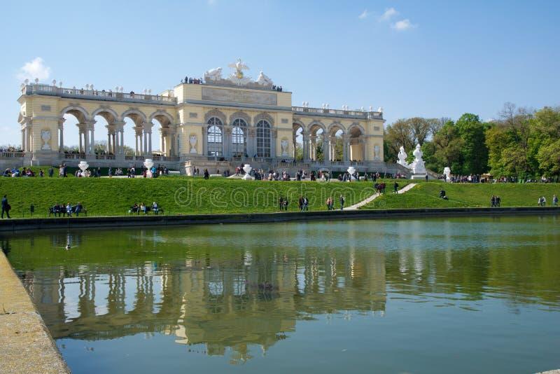 VIENA, AUSTRIA - 29 de abril de 2017: El Gloriette contiene un café y una plataforma de observación de los cuales proporcione vis imagen de archivo
