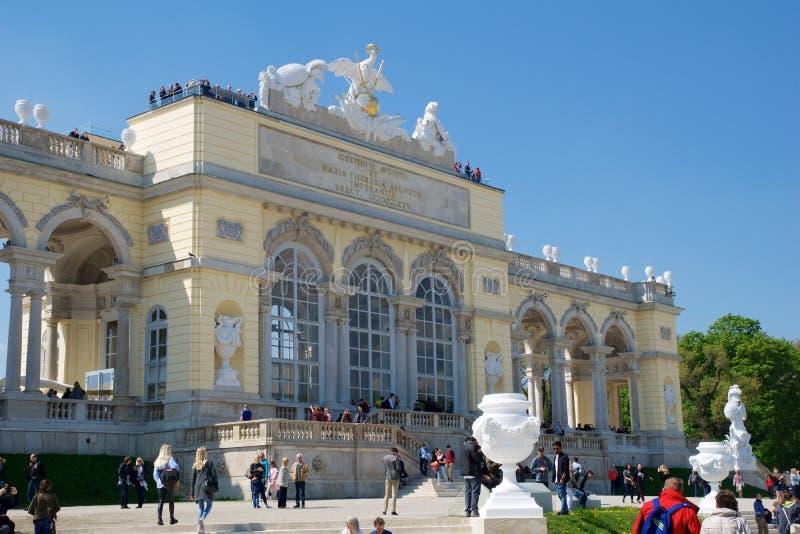 VIENA, AUSTRIA - 29 de abril de 2017: El Gloriette contiene un café y una plataforma de observación de los cuales proporcione vis fotografía de archivo libre de regalías