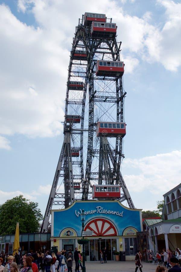 VIENA, AUSTRIA - 30 de abril de 2017: Ferris Wheel famoso e histórico del parque del prater de Viena llamó Wurstelprater durante  fotografía de archivo