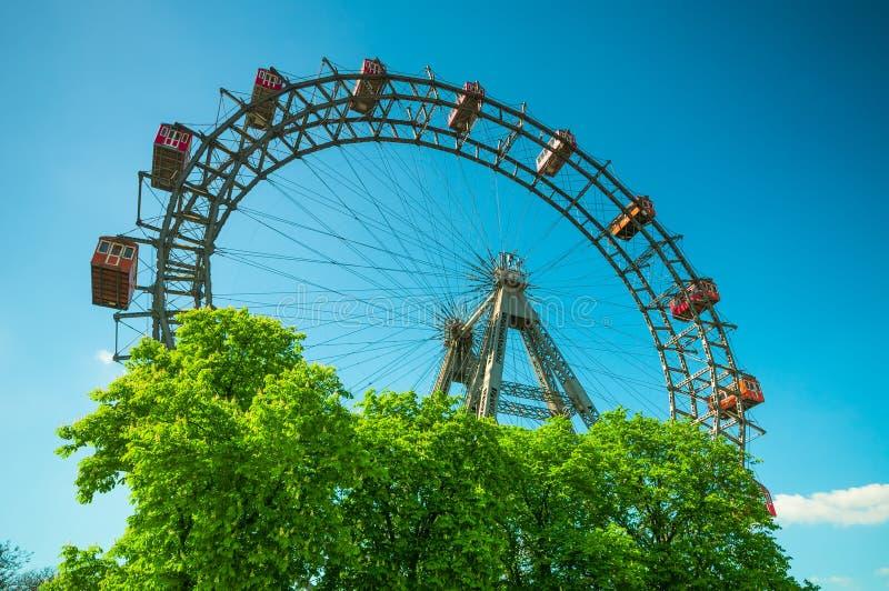 VIENA, AUSTRIA - 20 DE ABRIL DE 2016: Gigante Ferris Wheel contra el cielo azul imágenes de archivo libres de regalías