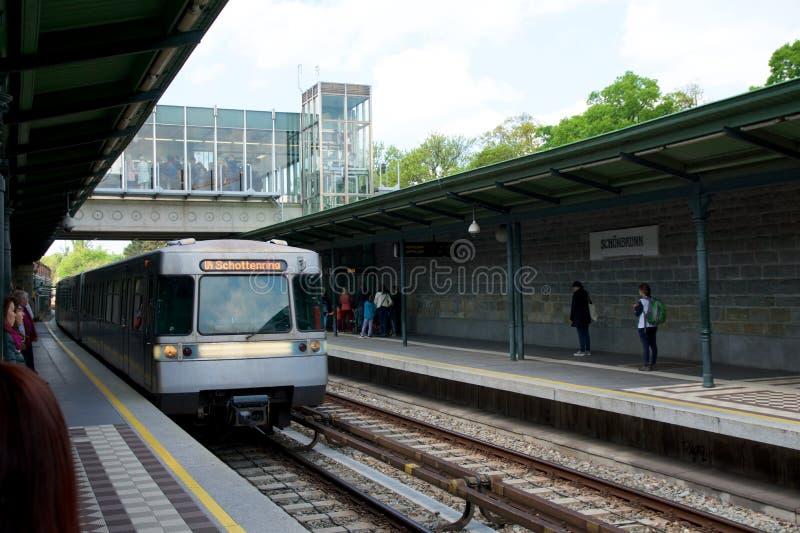VIENA, AUSTRIA - 30 de abril de 2017: la estación de metro y los pasajeros que esperan para el metro de llegada entrenan en Schon fotografía de archivo