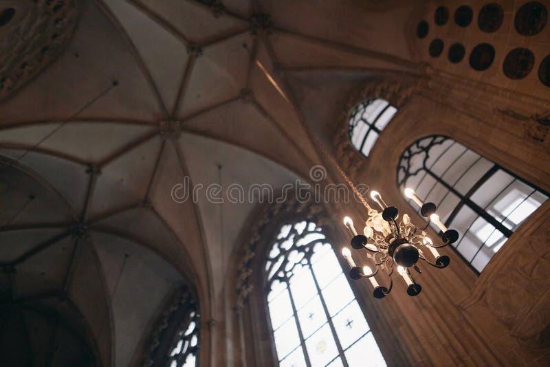 Viena, Austria - 15 de abril de 2018: Iglesia de la jesuita en Viena Vista interior del alto altar fotografía de archivo