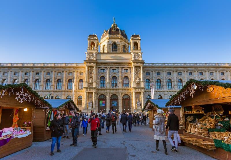 VIENA, AUSTRIA - 29 DE DICIEMBRE DE 2016: Mercado de la Navidad cerca de Museu fotos de archivo