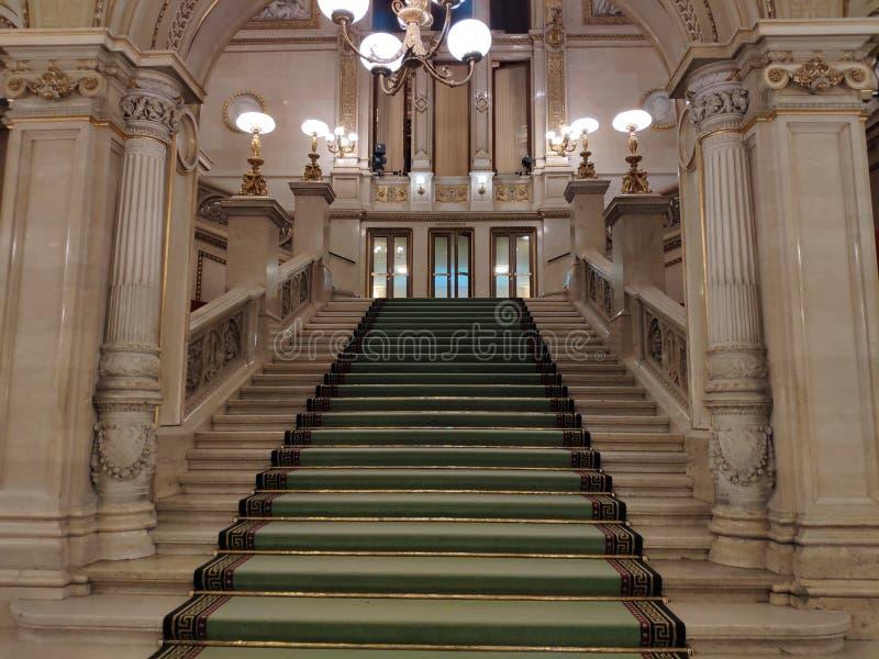 VIENA, AUSTRIA - 25 de febrero de 2019: Interior del teatro de la ópera del estado de Viena fotos de archivo
