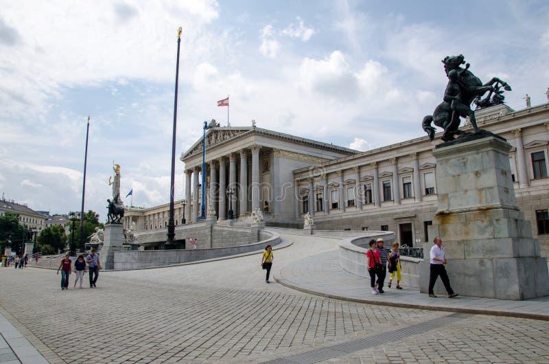 Viena, Austria - 15 de julio de 2013: Está donde el edificio austríaco del parlamento en Viena las dos casas del parlamento austr fotos de archivo libres de regalías