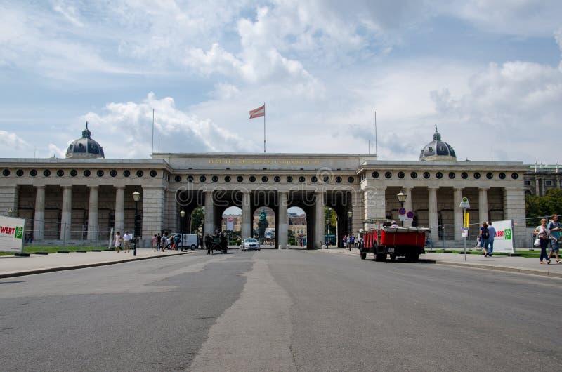 Viena, Austria - 15 de julio de 2013: La puerta externa del castillo en Heldenplatz en el palacio de Hofburg imagenes de archivo