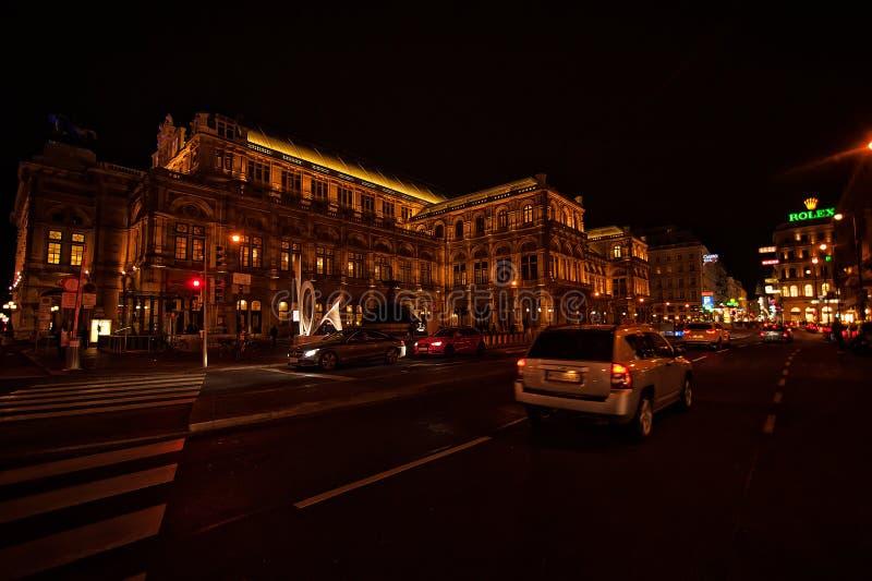 Viena, Austria-- 7 de marzo de 2018: Teatro de la ópera del estado de Viena en la noche imagenes de archivo