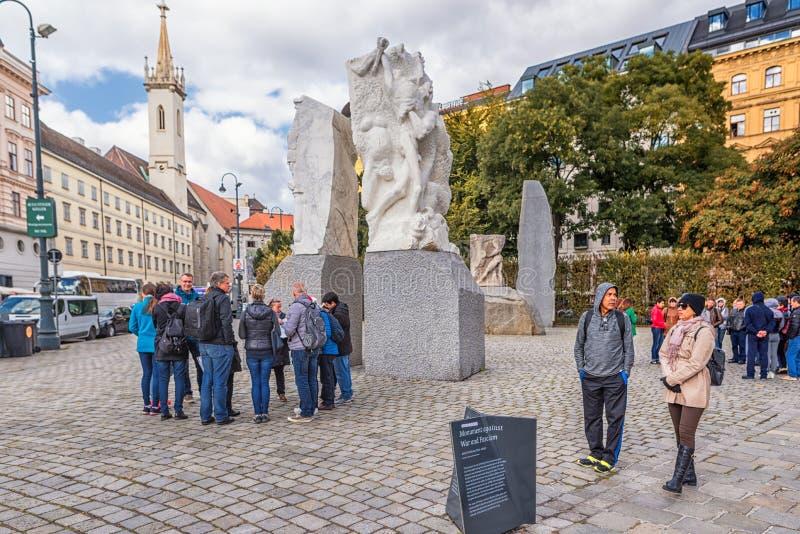 VIENA, AUSTRIA - 5 DE OCTUBRE DE 2016: Albertina y monumento contra guerra y fascismo fotografía de archivo