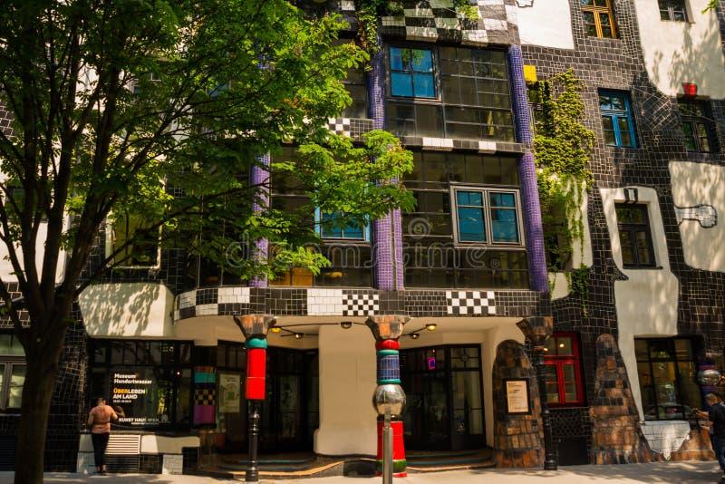 Viena, Austria: Edificio y museo famosos del café de Kunst Haus del arquitecto Hundertwasser en Viena fotos de archivo libres de regalías