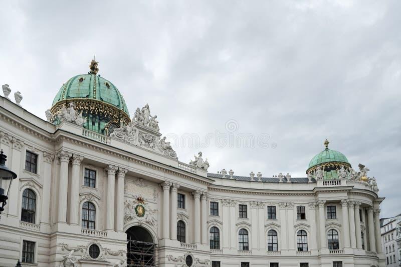 VIENA, AUSTRIA/EUROPE - 22 DE SEPTIEMBRE: Hofburg en Heldenplatz i fotografía de archivo