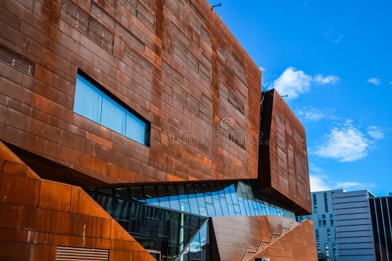 Viena, Austria Universidad econ?mica 2 03 2019 Arquitectura inusual moderna El edificio académico de las hojas del metal oxidado fotografía de archivo