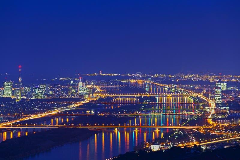 Viena con Danubio en la noche fotografía de archivo libre de regalías