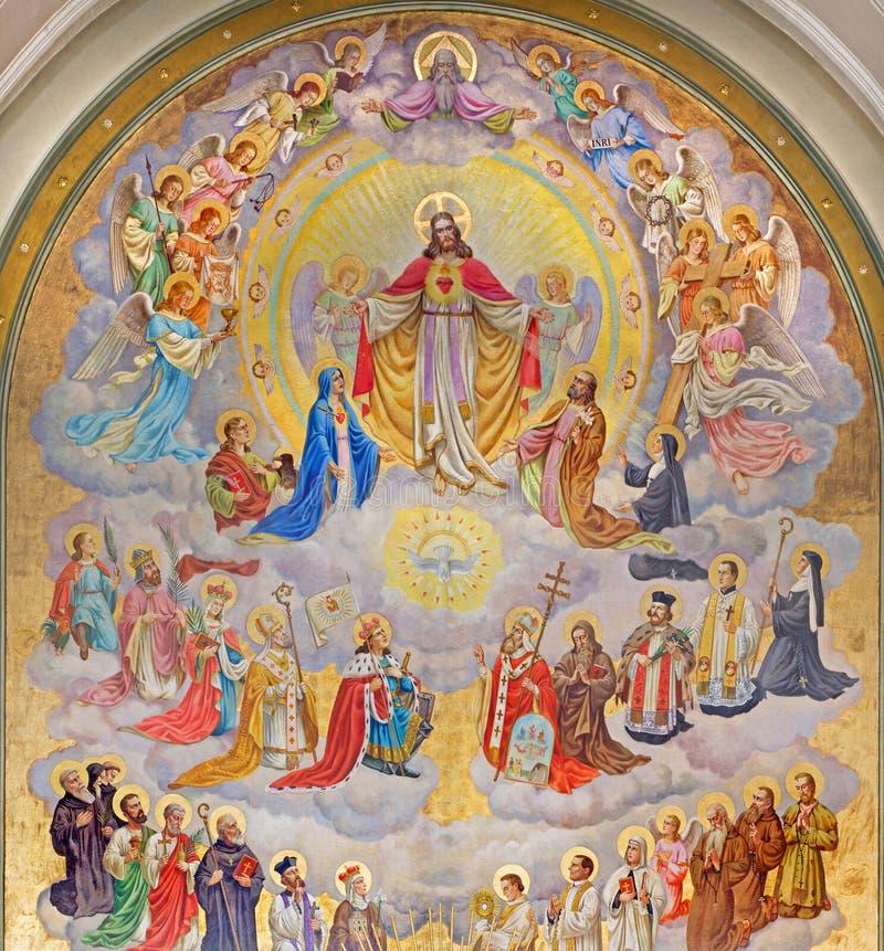 Viena - coração de Jesus com os anjos e de consumidores da terra projetada por Josef Magerle (1948) na igreja de Erloserkirche imagens de stock