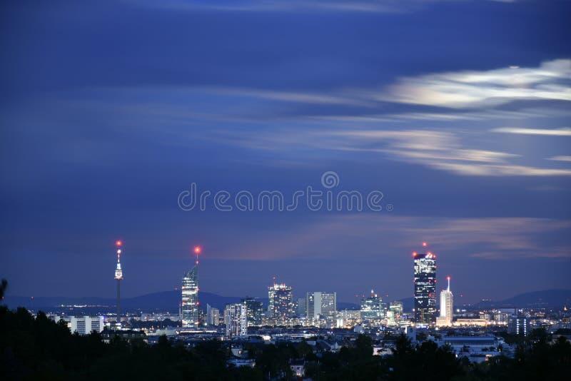 Viena Donaucity en la noche foto de archivo