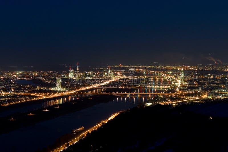 Viena en la noche imagenes de archivo