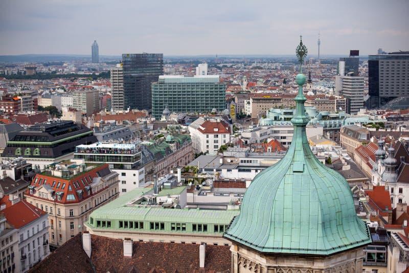 Viena en paisaje urbano de Austria, capital con el tejado de St Stephen Cathedral Opinión sobre la bóveda de la iglesia Peterskir fotos de archivo libres de regalías