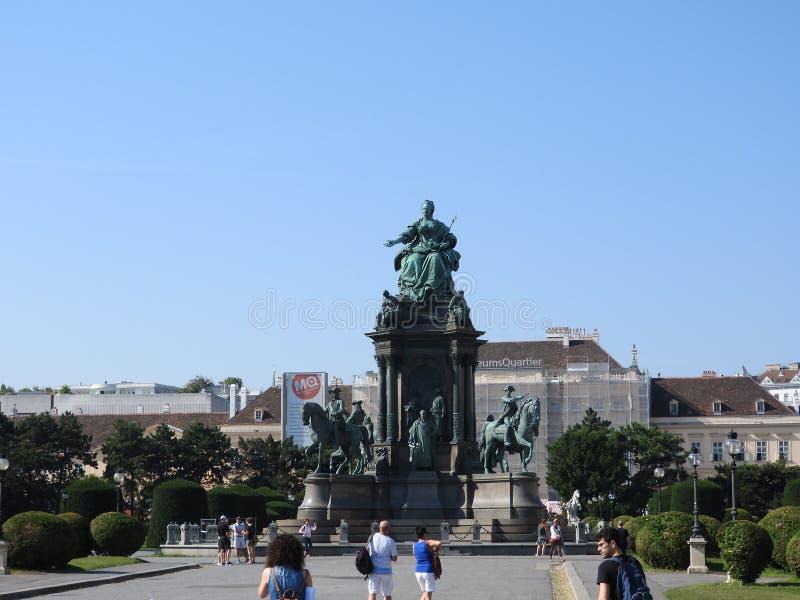 Viena es la capital federal y la ciudad más grande de Austria Monumento de Maria Theresia de la emperatriz fotos de archivo