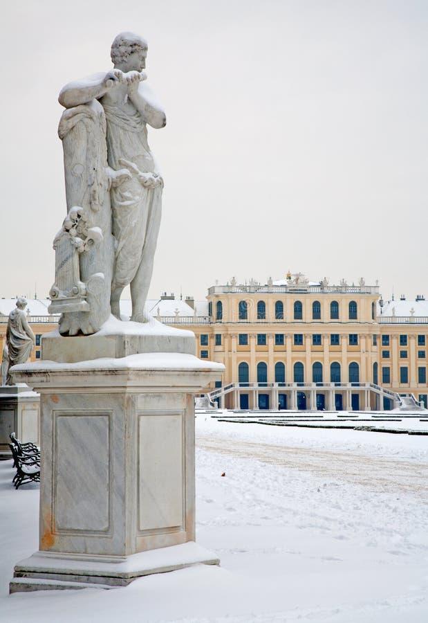 Viena - estatua de Mercury con la flauta cerca I Platzer en jardines del palacio de Schonbrunn en invierno fotos de archivo