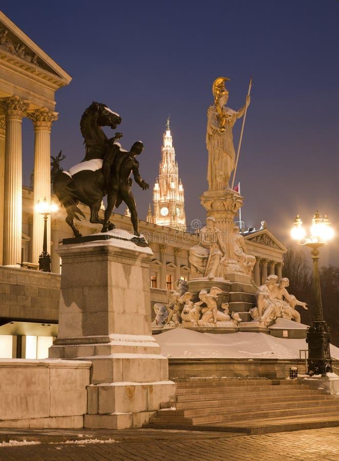 Viena - fonte e parlamento de Pallas Athena imagem de stock royalty free
