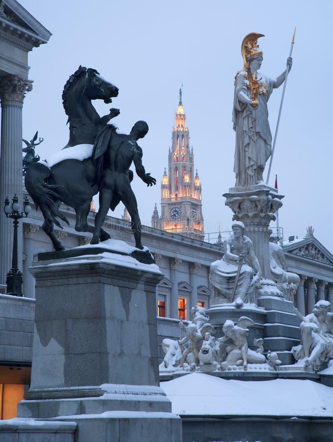 Viena - fonte e parlamento de Pallas Athena na noite do inverno fotografia de stock