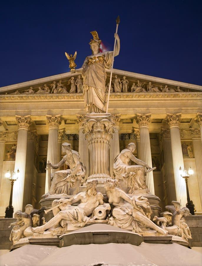 Viena - fonte e parlamento de Pallas Athena no inverno imagem de stock