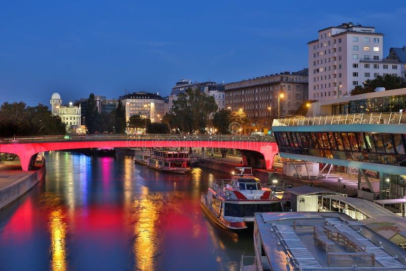 Viena na noite, canal de Danúbio fotos de stock